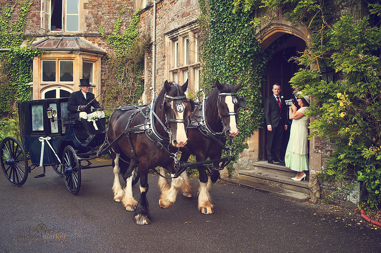 Horse-and-carriage-brides-arrival