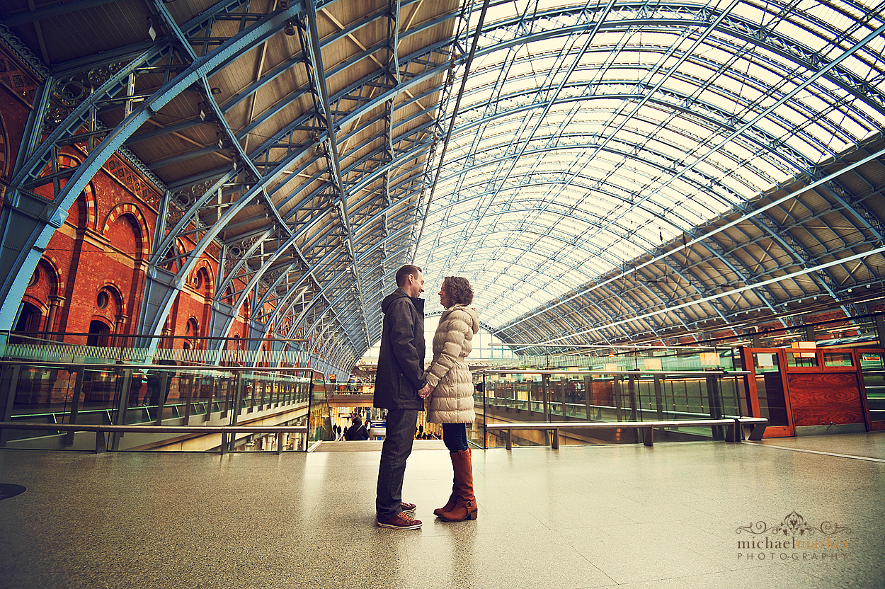St-Pancras-couple-in-love
