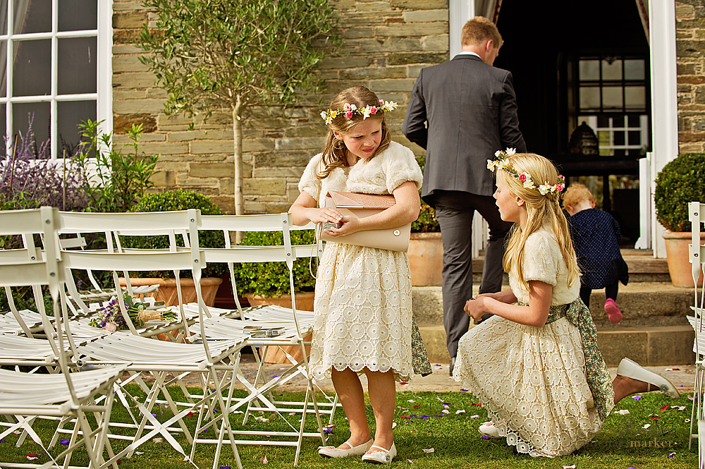 Flowergirls-collecting-confetti-at-Shilstone