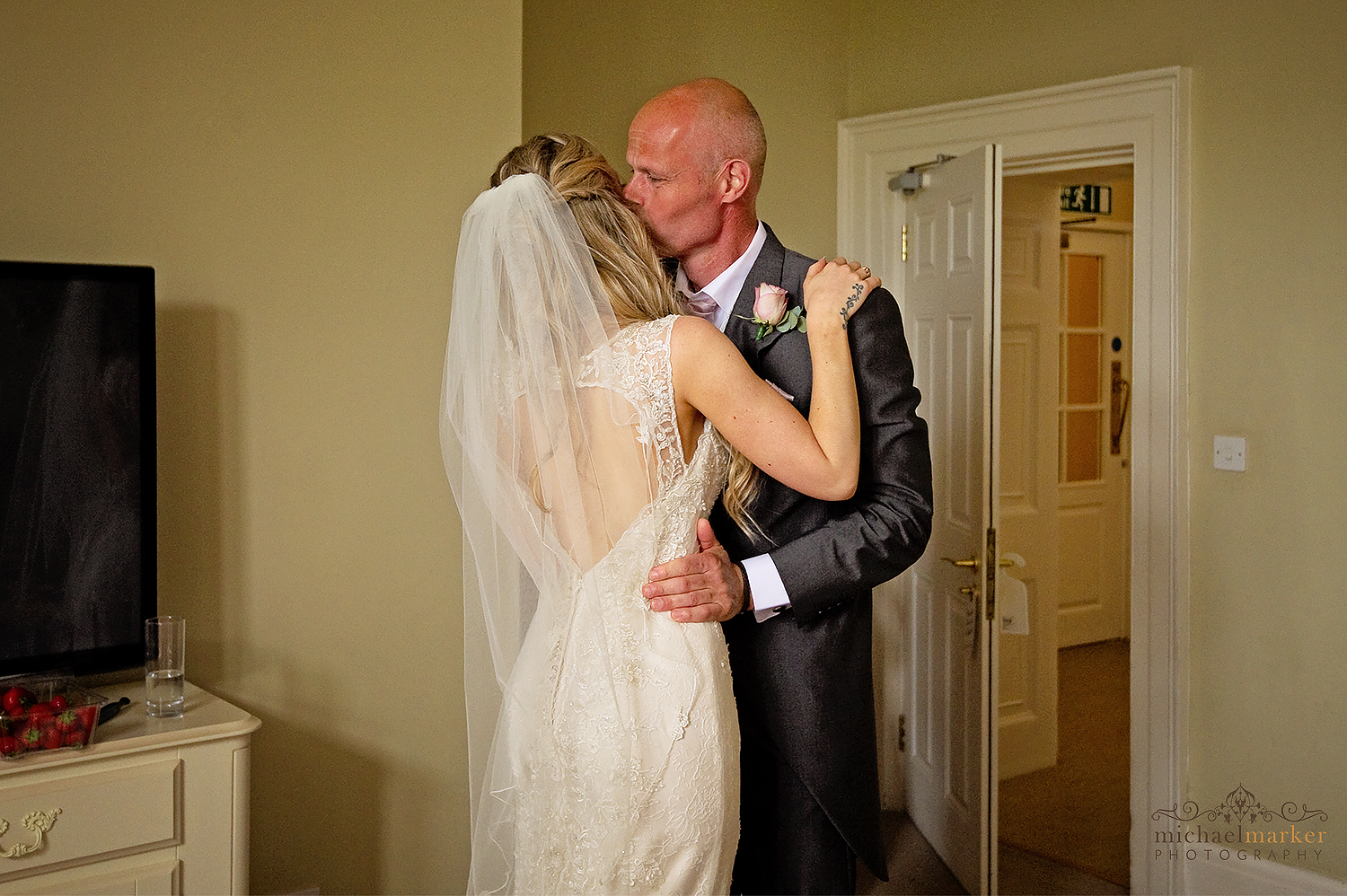 Father sees his bride daughter for first time emotional