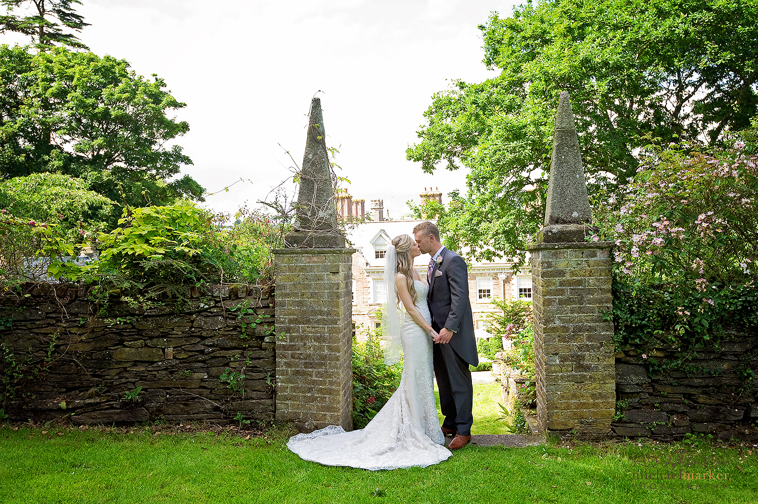 langdon-court-wedding-kiss-in-the-gardens