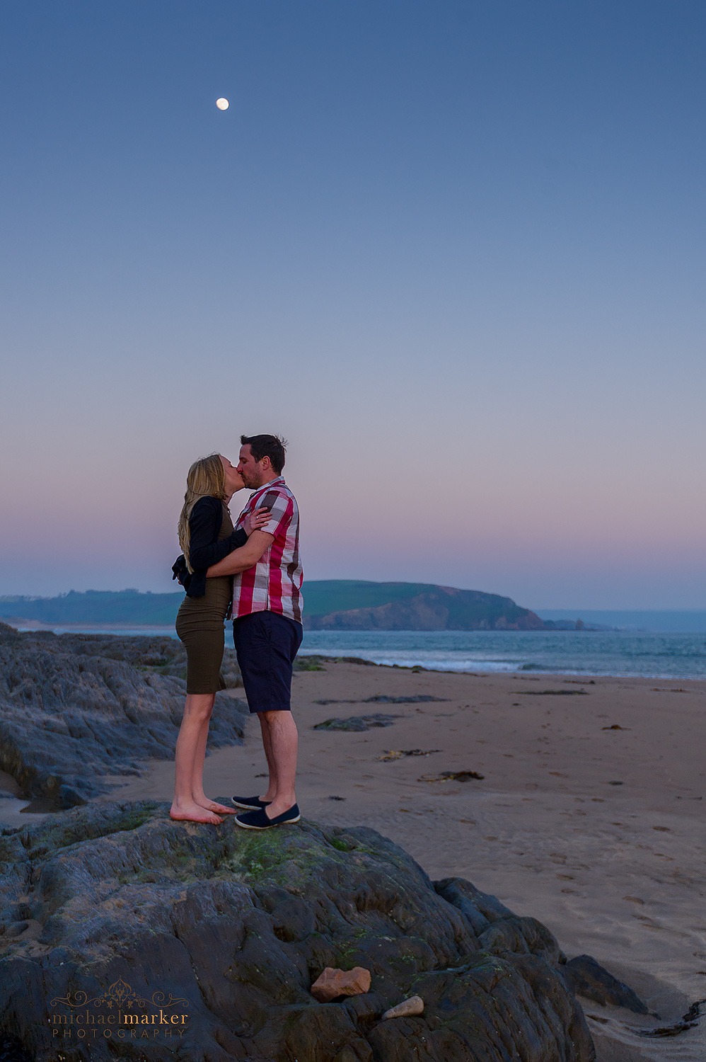 Bigbury Beach engagement session kiss